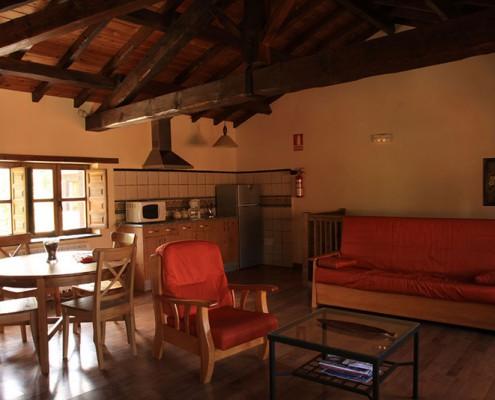 Pedrazales salon con chimenea